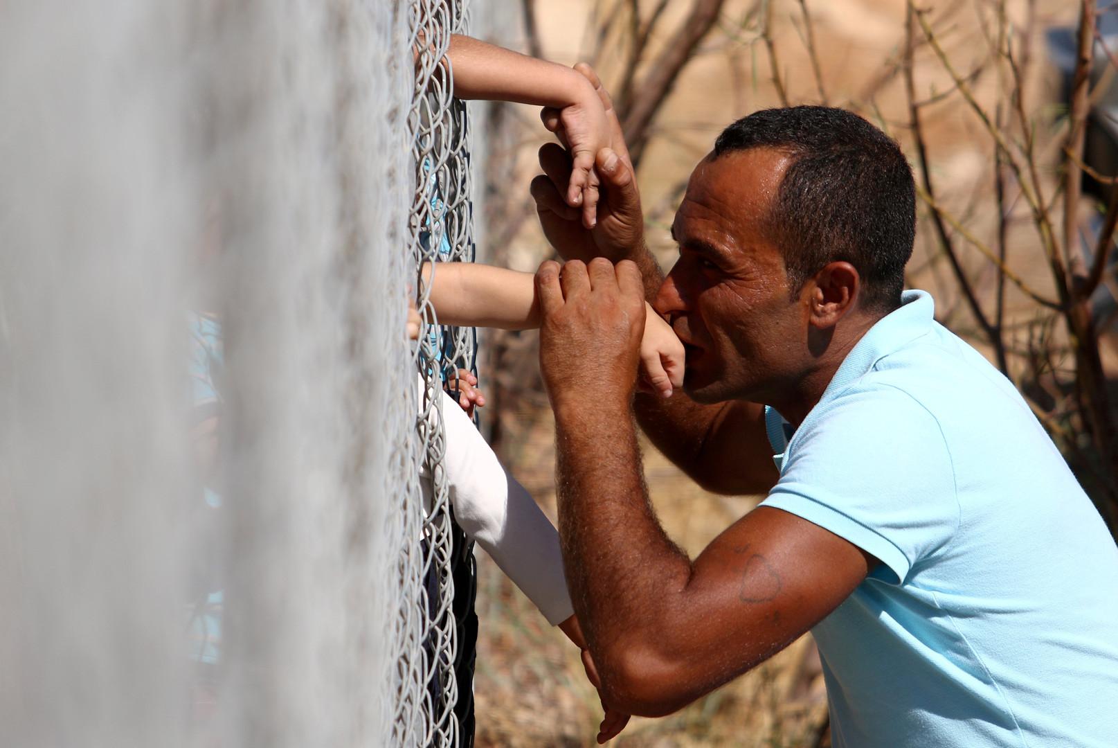 Ammar Hammasho aus Syrien küsst die Hände seiner Kinder bei deren Ankunft im Flüchtlingscamp von Kokkinotrimithia, Zypern, 10. September 2017.