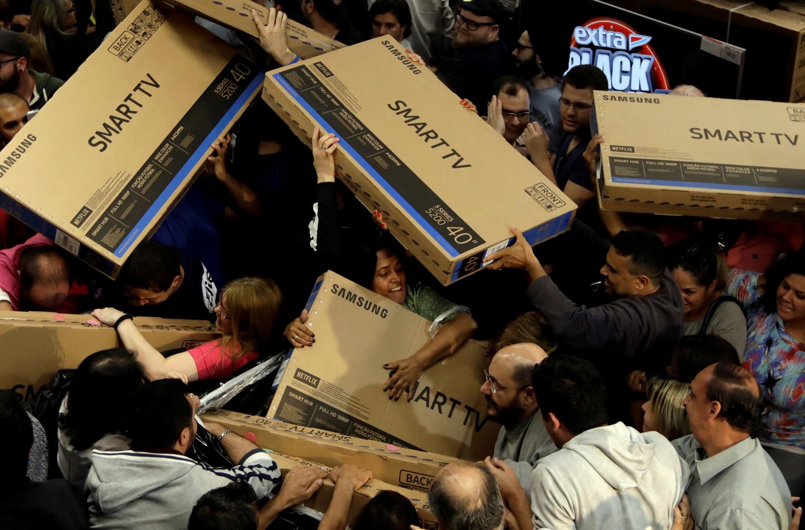 """Konsumenten kämpfen um Fernseher während des """"Black Fridays"""" in Sao Paolo, Brasilien, 23. November 2017."""