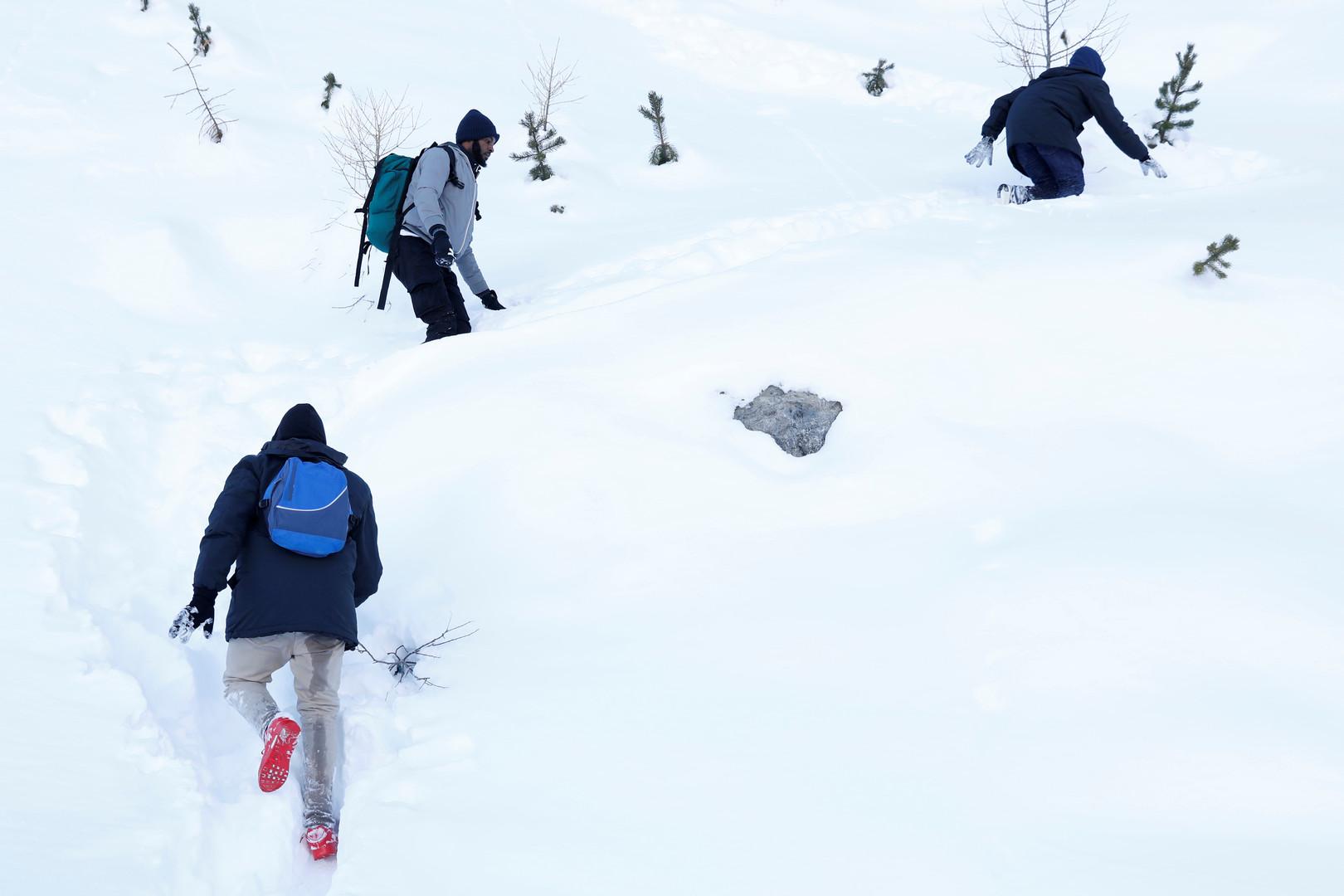 Flüchtlinge kämpfen sich durch den Schnee, nahe der Stadt Bardonecchia, Italien, 21. Dezember 2017.
