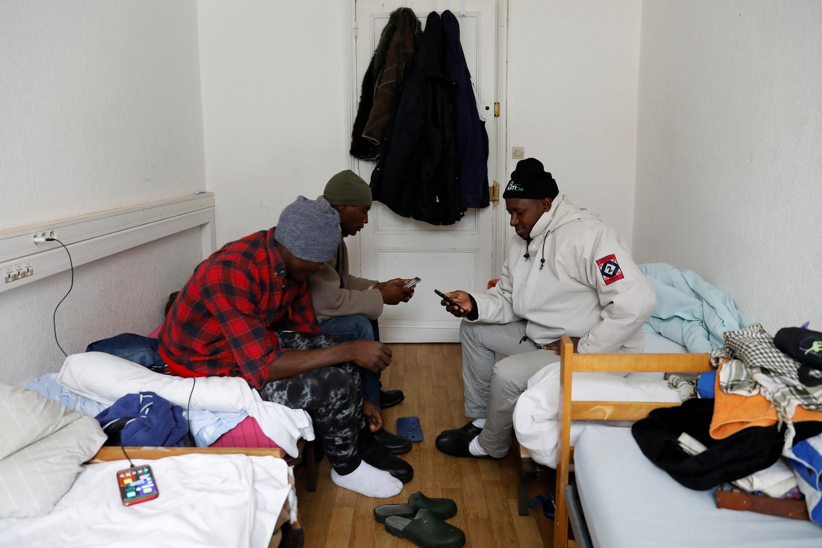 """Abdullhai und Abu aus Guinea sind in der Flüchtlingsunterkunft """"Tous Migrants"""" angekommen, Briancon, Frankreich, 22. Dezember 2017."""
