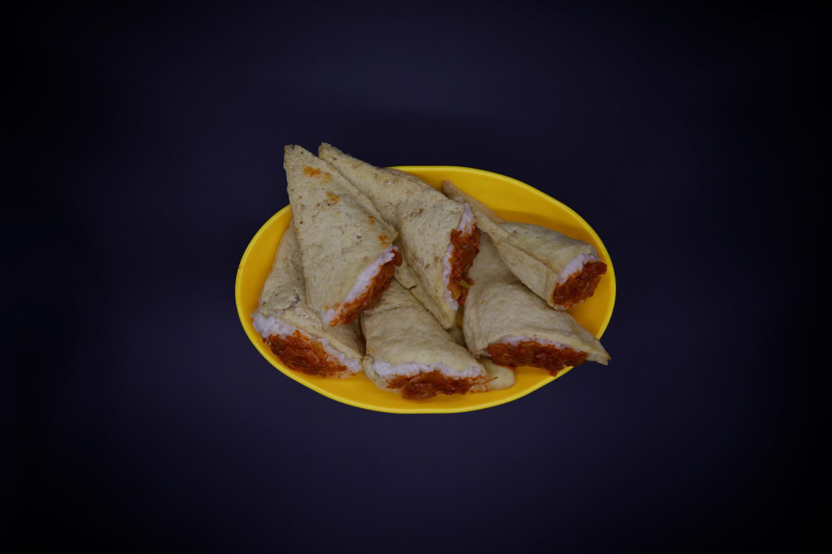 """""""Dububab"""" (Tofu-Reis) wird auf den meisten Märkten in Nordkorea angeboten. Die mit Reis gefüllte Tofu-Tasche wird mit Chilli-Sauce gegessen."""