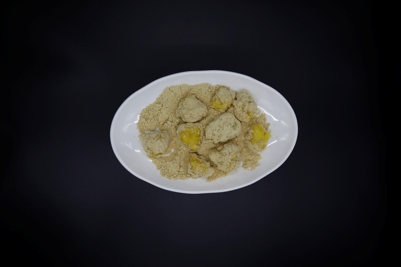"""""""Seokdujeon"""", Reis-Kuchen mit Maispulver."""