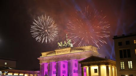Am Brandenburger Tor in Berlin feierten auch dieses Jahr wieder Hunderttausende ins neue Jahr. Es blieb überwiegend friedlich.