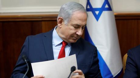 Der israelische Regierungschef und Parteivorsitzende Benjamin Netanjahu war bei der Abstimmung nicht anwesend, hatte die Versammlung in der Nähe des internationalen Flughafens Ben-Gurion aber auch nicht verhindert.