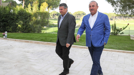 Der türkische Außenminister Cavusoglu (R) bezeichnet seinen deutschen Amtskollegen Gabriel trotz zum Teil großer Meinungsverschiedenheiten als