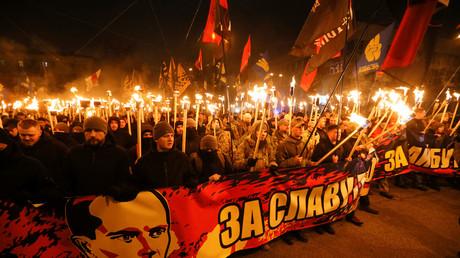 Ukrainische Nationalisten halten Fackeln auf einem Gedenkmarsch für Stepan Bandera, einem der Begründer der Organisation Ukrainischer Nationalisten-OUN, der am 1. Januar 1909 geboren wurde,  1. Januar 2018, in Kiew, Ukraine. Quelle: Reuters