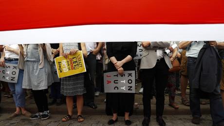 Menschen protestieren in Warschau gegen die von der Regierung geplanten Gerichtsreformen, Polen, 24. Juli 2017, Quelle: Reuters.