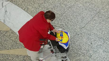 Eine alte Frau schiebt ihren Rollator durch ein Einkaufszentrum in Berlin, 3. September 2012.