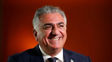 Cyrus Reza Pahlavi ist der älteste Sohn des ehemaligen Schahs des Irans , Mohammad Reza Pahlavi, und der Kaiserin Farah Pahlavi. Er ist gemäß der alten iranischen Verfassung designierter Thronfolger des Irans.