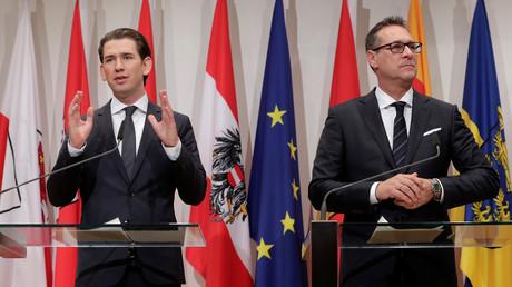 Österreichischer Kanzler Sebastian Kurz (ÖVP, l.) und sein Vize Heinz-Christian Strache (FPÖ) bei der Pressekonferenz nach der zweitägigen Regierungsklausur auf der südsteirischen Burg Seggau in Österreich.