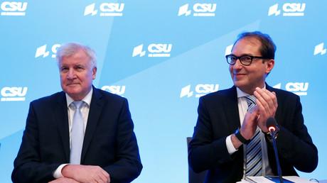 Der bayerische Ministerpräsident Horst Seehofer (l.) und  CSU-Landesgruppenchef Alexander Dobrindt bei der Winterklausur am 4. Januar 2018 im bayerischen Kloster Seeon. Beifall für die Forderungen gab es von der SPD bis jetzt nicht.
