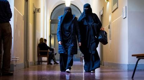 Zwei Niqab-tragende Frauen im Gebäude des Hamburger Gerichts am 16. Oktober 2017. An dem Tag verhandelte das Gericht über die Anklage gegen sechs mutmaßliche IS-Mitglieder, die in Syrien gekämpft haben.