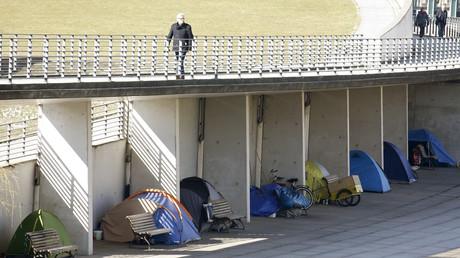 Zelte von Obdachlosen unter einer Fußgängerbrücke in Berlin, Deutschland, 17. März 2016.