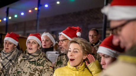 Symbolbild. Verteidigungsministerin Ursula von der Leyen singt Weihnachtslieder mit den Bundeswehr-Soldaten im Camp Marmal in Mazar-i-Sharif in Afghanistan am 18. Dezember 2017. Minderjährige dürften nicht an Auslandseinsätzen teilnehmen, heißt es.