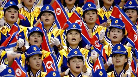 Nordkoreanische Cheerleader feuern das männliche Basketballteam an, Busan, Südkorea, 30. September 2002.