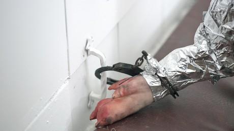Ein mit Sensoren, Schweinehaut und Fett ausgestatteter Dummy wird für eine Brandanalyse im Rahmen der Todesuntersuchung von Oury Jalloh getestet.