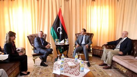 Martin Kobler (z.v.l), Sonder-Gesandte der Vereinten Nationen in Libyen, wartet in Tobruk, Libyen, auf Aguila Saleh, die Leiterin des international anerkannten libyschen Parlaments.