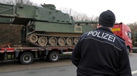 Deutsche Verkehrspolizei stoppt Panzertransport auf A4