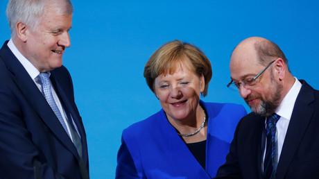Sieht so ein glücklicher Parteivorsitzender aus? Martin Schulz (R) zusammen mit Horst Seehofer und Angela Merkel.