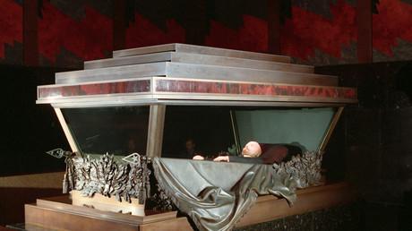 Der einbalsamierte Körper von Wladimir Iljitsch Lenin im Mausoleum auf dem Roten Platz, Moskau