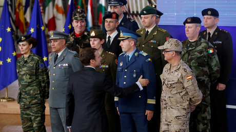 Frankreichs Präsident Emmanuel Macron begrüßt die Militärs europäischer Staaten anlässlich der Einrichtung von PESCO.