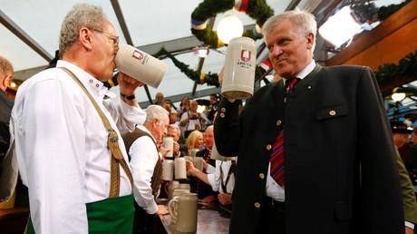Wer gehört im russischen Fernsehen zur In-Group? Der CSU-Vorsitzende Horst Seehofer (rechts) schafft es, in der russischen Nachrichtensendung Wremja als Positivbeispiel dargestellt zu werden, weil er für eine Verbesserung der Wirtschaftsbeziehungen mit Russland auftritt.