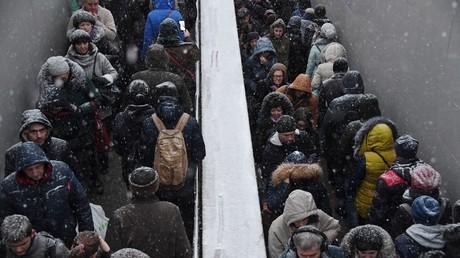 Moskauer, Dezember 2017. Handelsblatt bezieht sich in seinem Artikel auf eine Umfrage, die Lewada-Zentrum im Dezember unter 1.600 Russen durchführte.