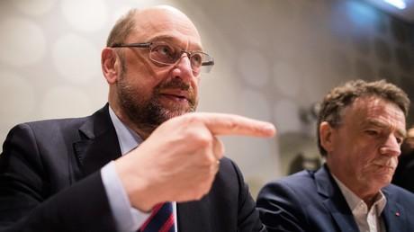 Wo geht es lang? SPD-Chef Martin Schulz tourt durch die Bundesrepublik, um die Parteibasis in den Landesverbänden von der Großen Koalition zu überzeugen. Auf dem Bild: Auftritt vor dem NRW-Landesverband in Düsseldorf am 16. Januar 2017.