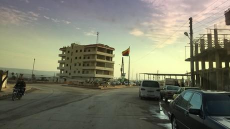 Afrin im Januar 2018: Fahne der Partei der demokratischen Union PVD in kurdischen Farben.