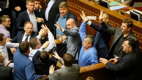 Ukrainische Abgeordnete raufen sich bei einer Abstimmung im Parlament, Gesetzesentwurf betraf auch die Staatssouveränität (Kiew, Ukraine, 6. Oktober 2017, Quelle: Reuters)