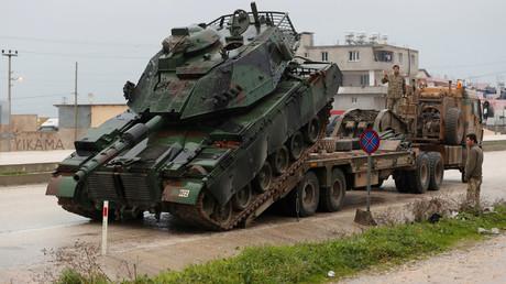 Ein türkischer Militärpanzer erreicht eine Militärbasis in der Grenzstadt Reyhanli nahe der türkisch-syrischen Grenze in der Provinz Hatay, Türkei, am 17. Januar 2018.
