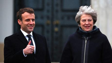 Daumen hoch für einen Austritt aus der EU? Wohl eher nicht. Macron möchte im Gegensatz zu Theresa May (r.) die EU nicht verlassen, sondern von innen reformieren.