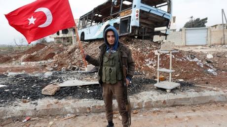 Ein Mitglied der so genannten Freien Syrischen Armee, die von der Türkei unterstützt wird, in Azaz.