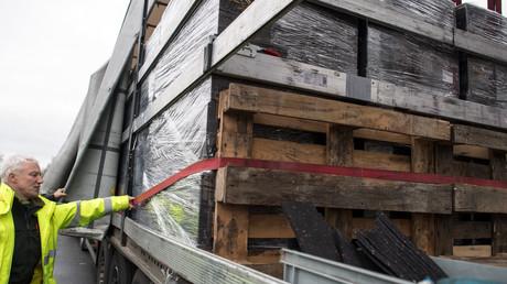 Ein Polizist untersucht die Ladung eines Sattelzugs in Krefeld am 23. Januar 2018. Behörden europaweit sollen vom Interpol angehalten worden sein, verstärkt Kontrollen von Lastwagen durchzuführen. (Symbolbild)