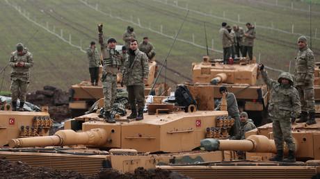 Türkische Soldaten auf ihren Leopard-Panzern aus deutscher Produktion in der Nähe der türkisch-syrischen Grenze in der Provinz Hatay, 23. Januar 2018