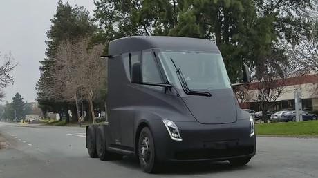 Elektrischer Laster Tesla fährt durch einfache Straßen