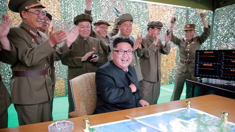 Kim Jong-un freut sich über den geglückten Start einer Rakete; Nordkorea, 23. Juni 2016.