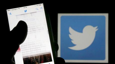 Ein Mann liest Tweets auf seinem Mobiltelefon, 10. März 2016.