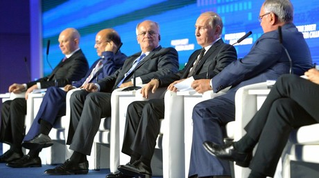 Der Chef der mehrheitlich staatlichen russischen Außenhandelsbank WTB, Andrej Kostin (Zweiter von rechts), spricht während des von seiner Bank organisierten 8. Investment-Forums
