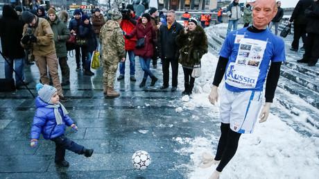 Ein Kind schießt im Rahmen einer Kundgebung einen Ball auf eine Schaufensterpuppe, die den russischen Präsidenten Wladimir Putin darstellen soll. Die Protestaktion ruft zum internationalen Boykott gegen Russland als Gastgeber der Fußballweltmeisterschaft 2018 auf,  Ukraine, 22. Januar 2018