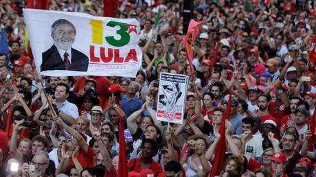 Der ehemalige Präsident Brasiliens Luiz Inácio Lula da Silva (72) wurde am Mittwoch zu einer zwölfjährigen Haftstrafe verurteilt. Seine Unterstützer sehen dies als Versuch, den Gründer der Arbeiterpartei PT an einer weiteren Kandidatur zu hindern.