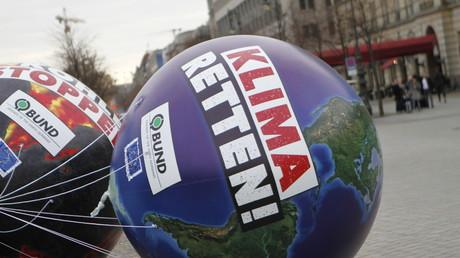 Deutschland wird sich Emissionsrechte kaufen müssen, um EU-Vorgaben einzuhalten. Symbolbild: Vertreter des BUND aus ganz Deutschland fordern die künftige Bundesregierung auf, die so genannten Klimaziele einzuhalten. Berlin,  18. November 2017.