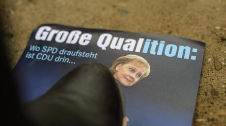 Ein Protestbanner mit Angela Merkel beim außerordentlichen SPD-Bundesparteitag am 21.01.2018 in Bonn. Trotz großen Widerstandes gegen die GroKo in der SPD starteten am Freitag die Koalitionsverhandlungen zwischen CDU, CSU und SPD.