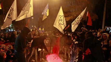 Mittlerweile in der Ukraine kein gesellschaftliches Randphänomen mehr: Ukrainische Neo-Nazis verbrennen eine Fahne mit Hammer und Sichel.
