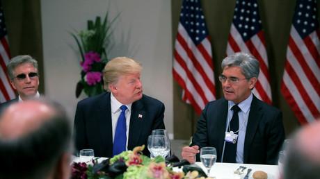 Am Rande des Wirtschaftsforums in Davos hatte der US-Präsident Donald Trump europäische Wirtschaftsgrößen, unter anderem den Vorstandsvorsitzenden des Softwareunternehmens SAP, Bill McDermott (l.), und den Siemens-Chef Joe Kaeser (r.), zum Abendessen eingeladen.