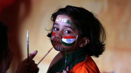 Ein Mädchen aus Jammu wird auf die Feierlichkeiten zum Tag der indischen Republik vorbereitet, Indien, 25. Januar 2018.