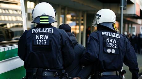 Polizisten verhaften einen Demonstranten in Köln, Deutschland, 27. Januar 2018.