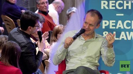 RT-Deutsch-Redakteur Wladislaw Sankin und Kabarettist Max Uthoff auf der Konferenz