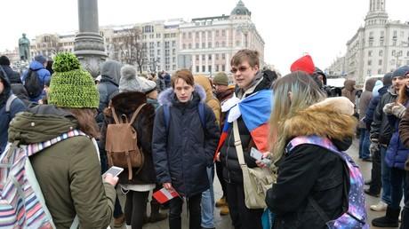Die Polizei hielt sich während der Veranstaltung in Moskau auffallend zurück und griff gegen die Kundgebung nicht ein.