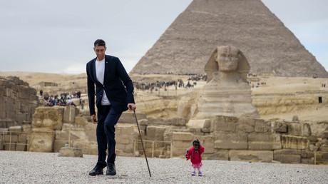 Gegensätze ziehen sich an: Größter Mann der Welt trifft kleinste Frau in Ägypten
